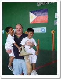toto con dos niños en brazos manila